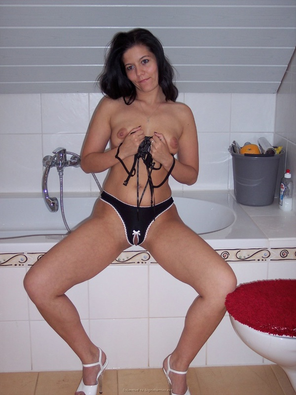 Брюнеточка радует себя Двумя дилдо сразу надеясь кончить секс фото