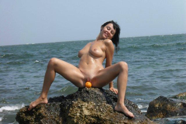 Яна уселась попкой в воду на пляже