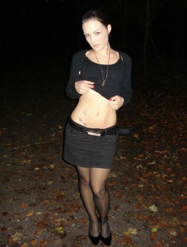 Девушка с пирсингом в языке сосет член после прогулки