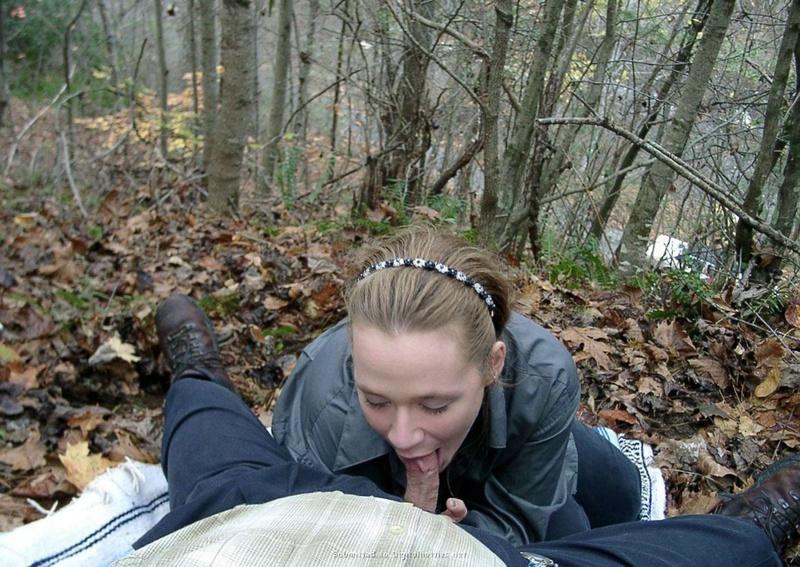 Девка берет в рот маленький писюн в саду