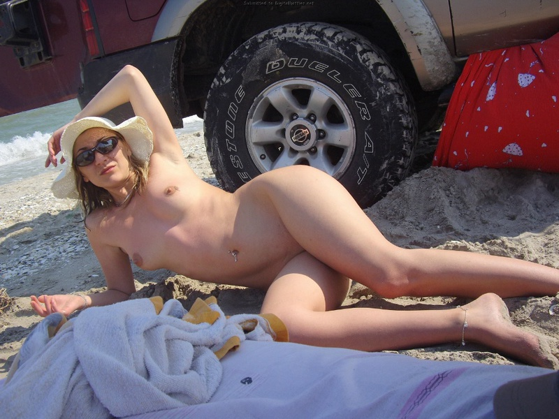 Три подруги-лесбиянки лежат на солнышке после пьянки