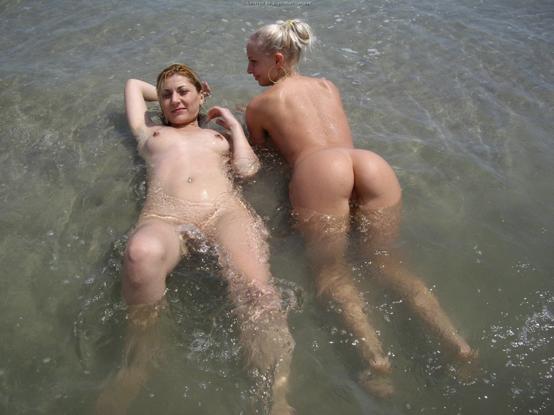 Три подруги-лесбиянки загорают после пьянки смотреть эротику
