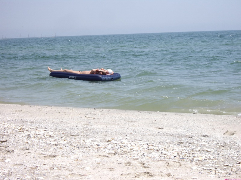 Лесби у моря занимаются оральным сексом