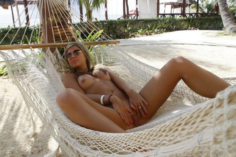 Сучка раздвинула ноги валяясь в гамаке секс фото