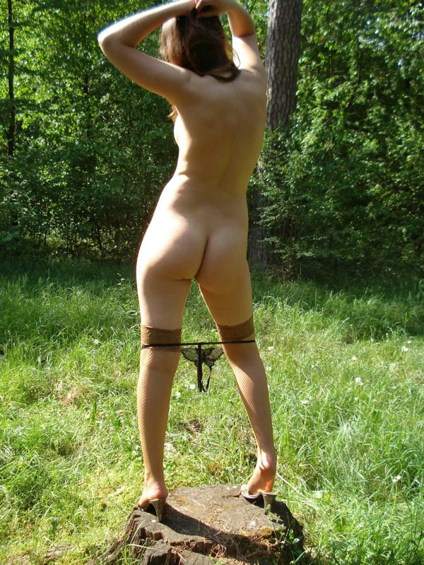 Клевая леди стоит на свежем воздухе в бежевых носках секс фото
