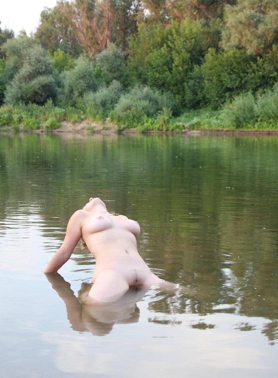 Дама проводит время на природе топлес