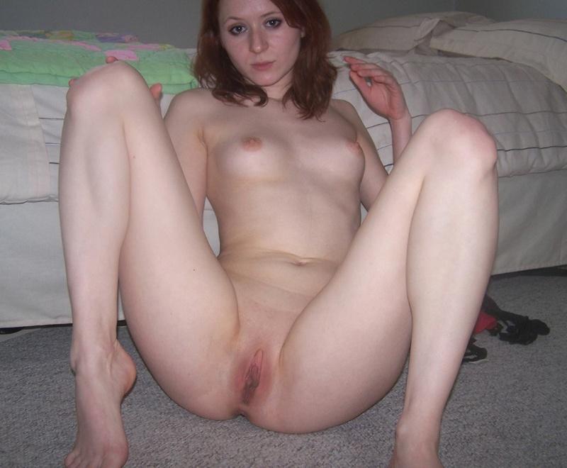 Рыжеволосая молодуха охотно блистает гениталиями на диване