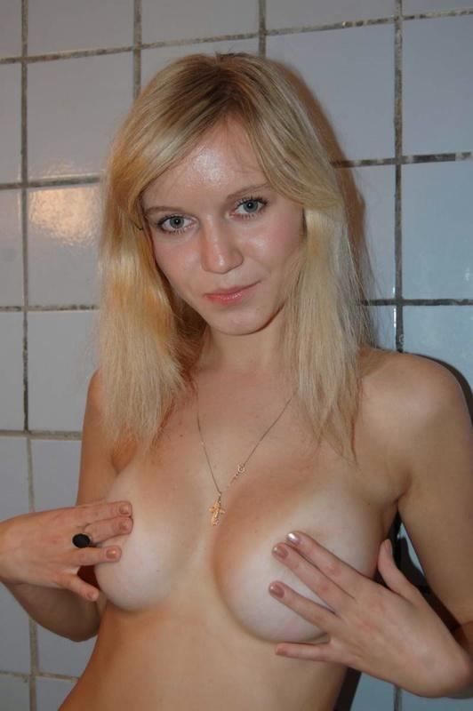 Симпатичная светлая порно звезда разделась чтобы покупаться в душевой
