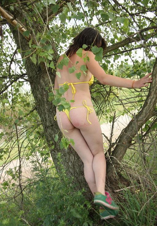Грешница онанирует писю на дереве