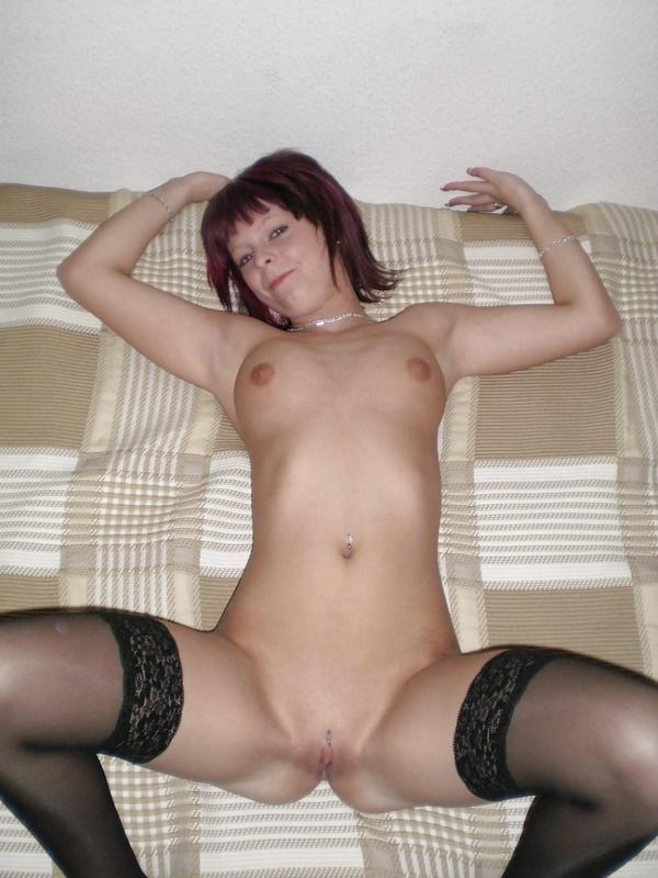 Красноволосая девка жаждет снять белья на кровати
