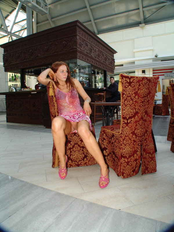 Сидя за столом худышка сфотографировала что на ней нет нижнего белья