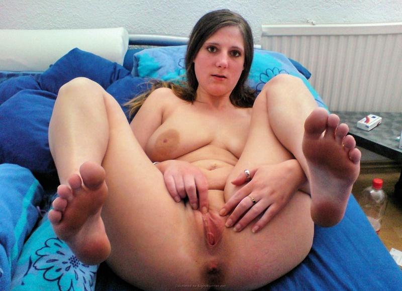 19-летняя фетишистка показывает нагие пятки в домашних условиях