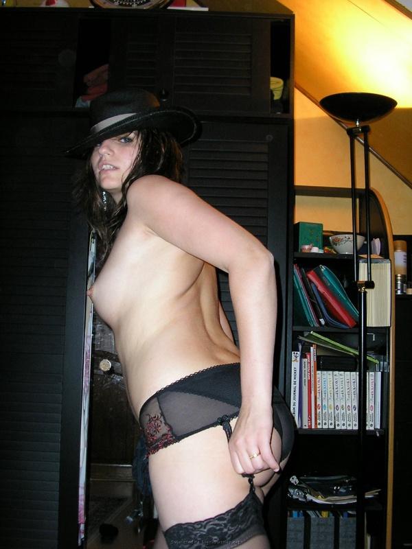 Темненькая девушка осталась в бикини, носках и черной шляпе