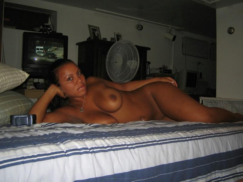 Латиноамериканка залезла голая на кровать в спальне