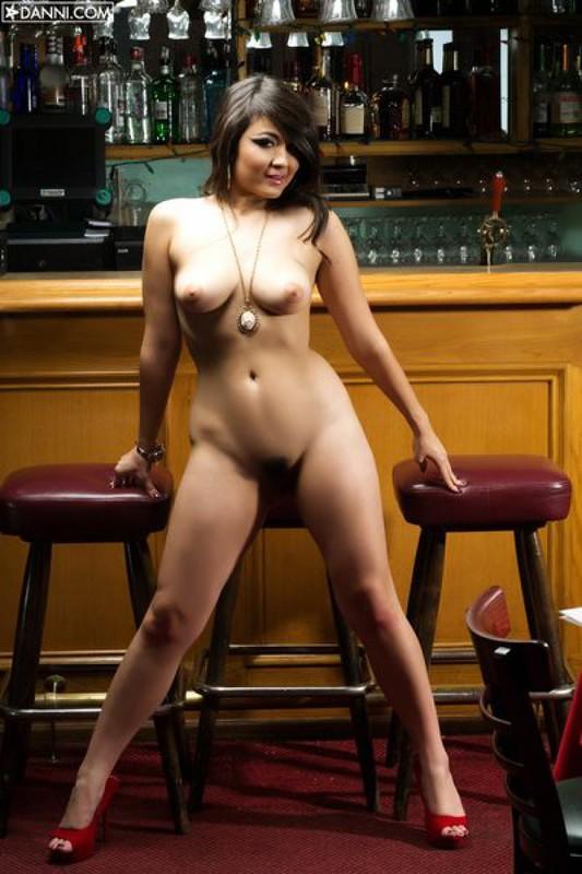 София шалит у барной стойки после работы