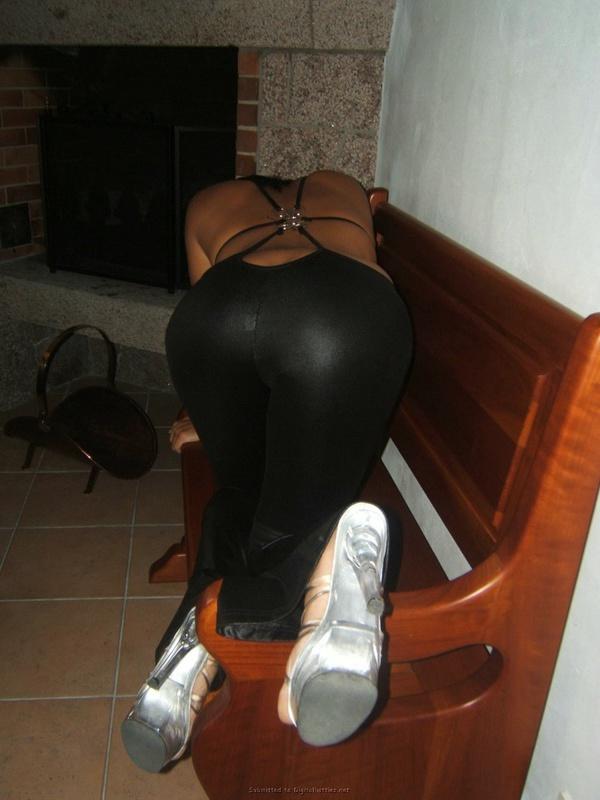 Ребекка ползает по полу в облегающем наряде