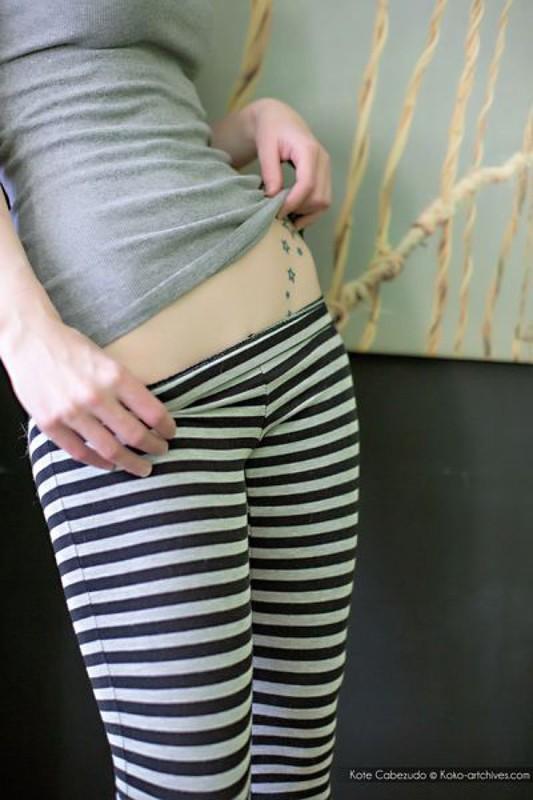Рыжая Кейт спустила штаны показав тату и гладкую пилотку секс фото