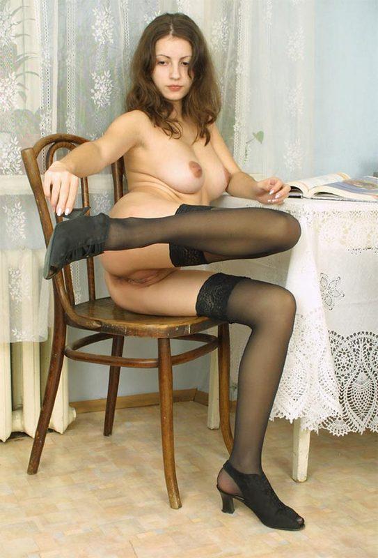 Пышногрудая Наталья обнажается сидя на стуле