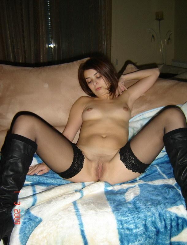 Молодая нимфа намерена мастурбировать дома пальчиками