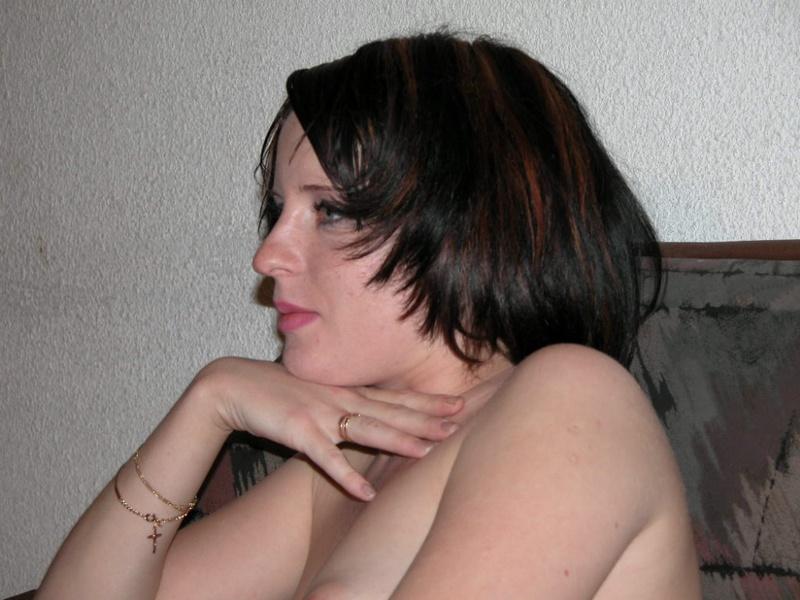 Брюнетистая проститутка лежит на тахте в носках