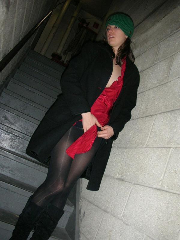 Чувиха мастурбирует на лестнице в подвал