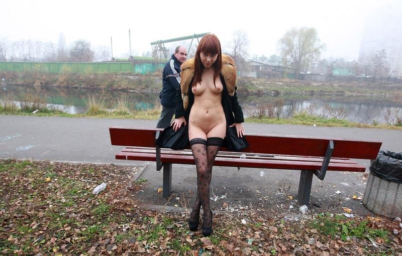 Рыжая красавица светит голыми сиськами в парке