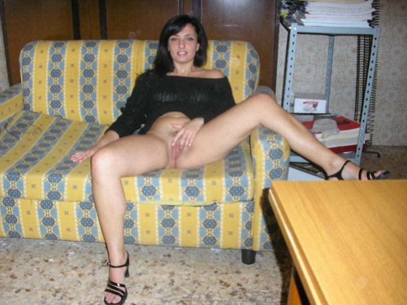 Взрослая армянка разделась и залезла на стол