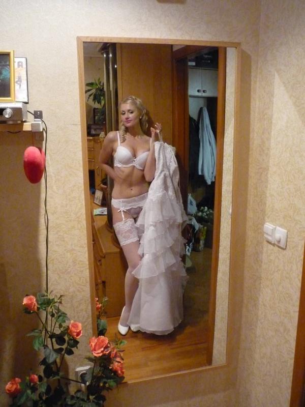 Блонда красуется в белье которое наденет под свадебное платье