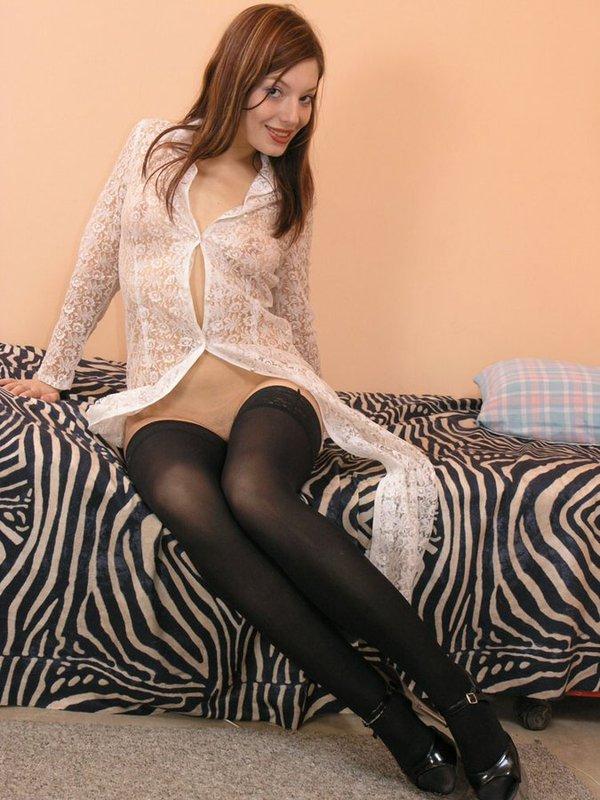 Веселая Марина на постели обнажает свое возбуждающее туловище