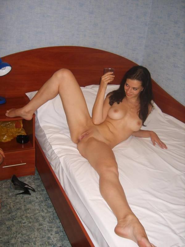 Шикарная woman готова широко раздвинуть ноги дома друга