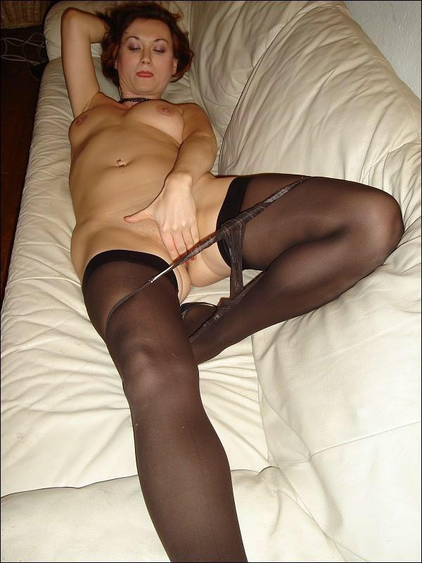 Зарина снимает одежду лежа на козетке
