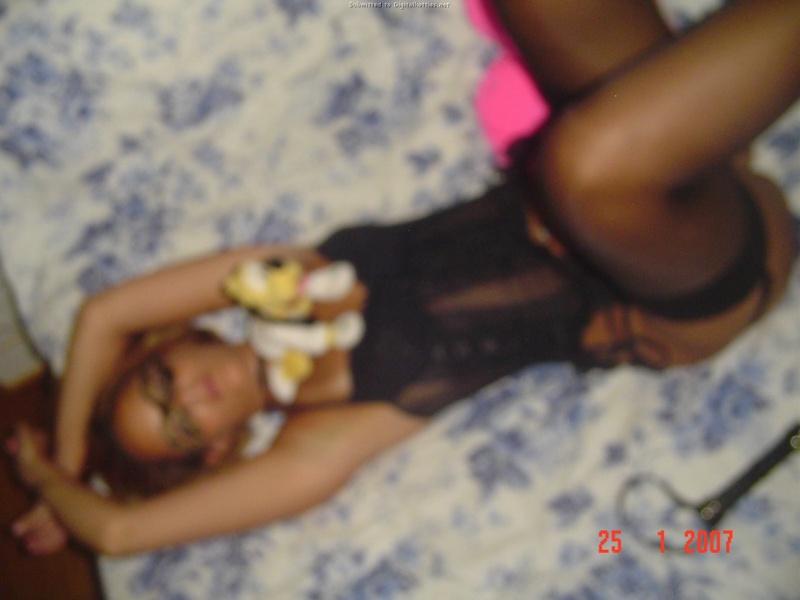 Длинноволосая сестра фоткается на постели в чёрном белье смотреть эротику