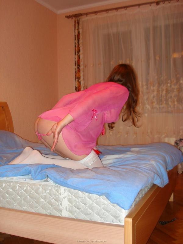 Марина заводит снимая с себя розовыт трусики