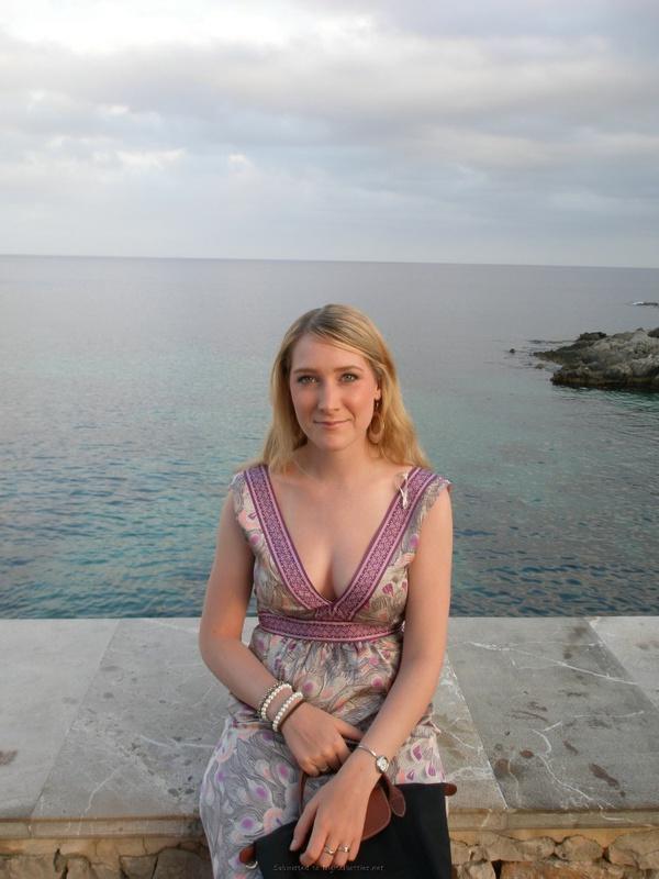 Прошмандовка в отпуске хвастает нижним бельем