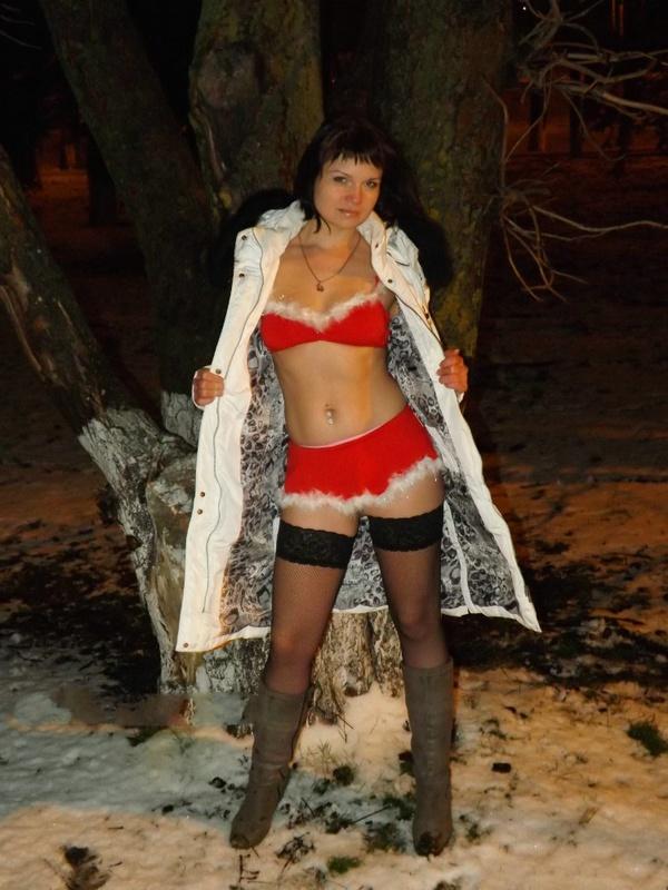 Снегурочка распахнула шубу на площади в новогоднюю ночь