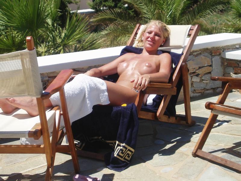 Похотливая блондинка шалит на отдыхе в Турции