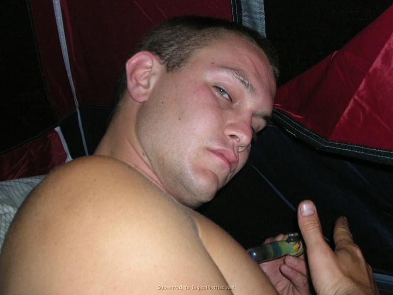 Мужчина трахает спутницу в палатке