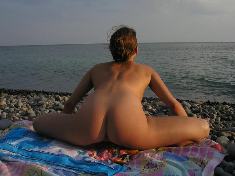 Баловница красуется на пляже без купальника