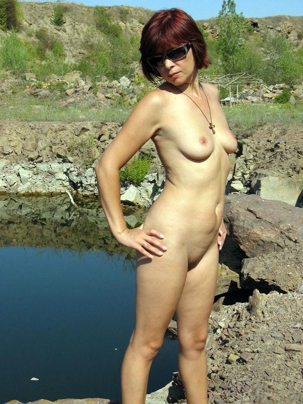 Взрослая рыжуха хочет покупаться в озере