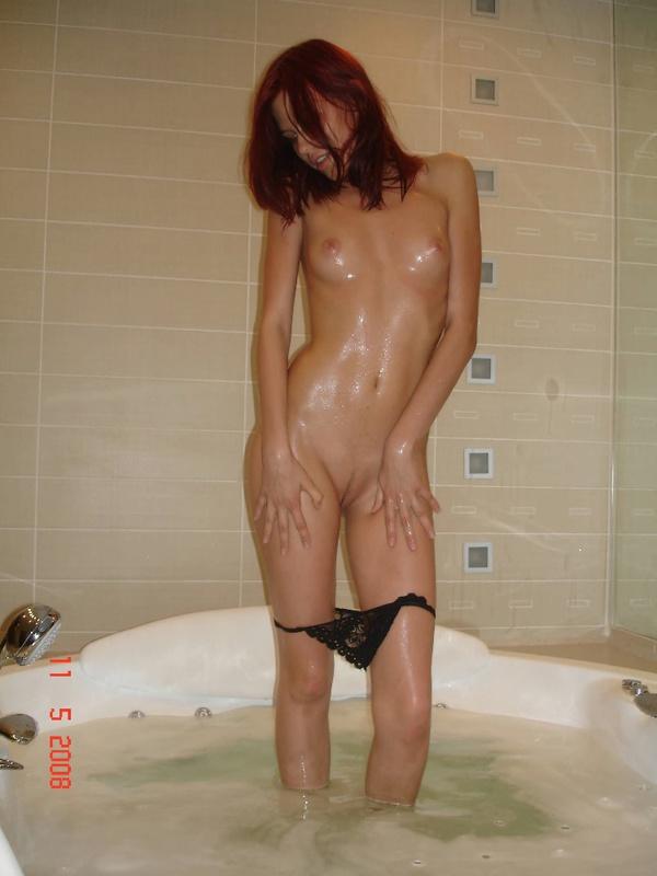 19-летняя шлюха голяком принимает ванную