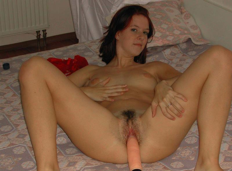 Веселая Нимфа Играет С Резиновым Членом На Кровати Домашнее Порно И Секс Фото