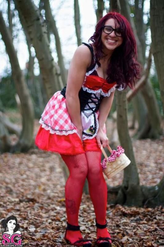 Красная Шапочка жаждет снять бельё на природе по дороге домой