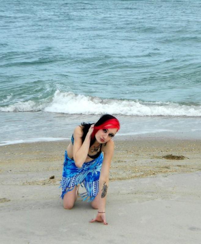 Неформалка Риппи радуется теплому бризу на берегу моря