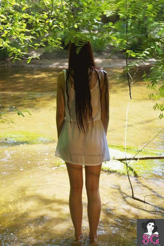 Голенькая фея купается в лесной реке