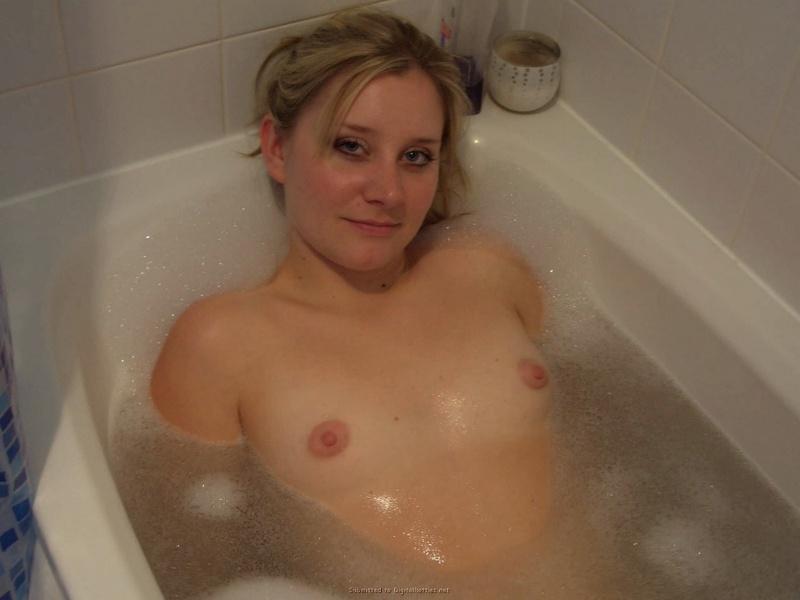 Голая модель со свелыми волосами плавает в ванной смотреть эротику