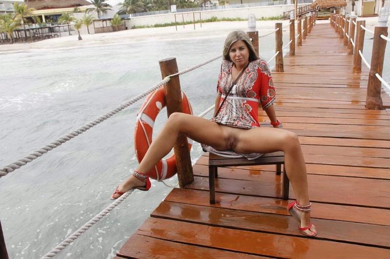 Миледи без купальника отдыхает в гамаке на Мальдивах