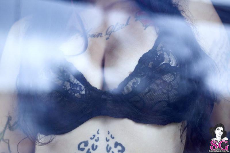 Фернанда стоит без одежды на застекленной террасе