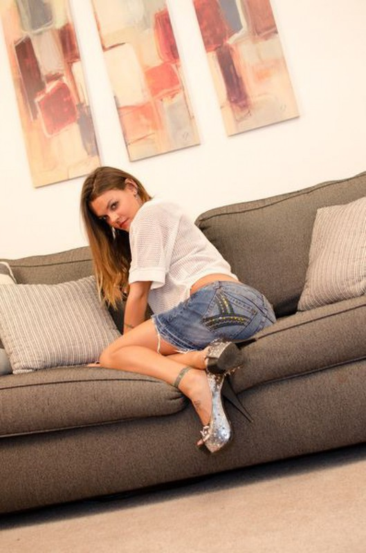 Тату-мастер Лиля разлеглась на диване