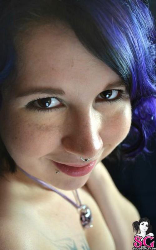Синеволосая Кери легла на тумбочку под зеркалом