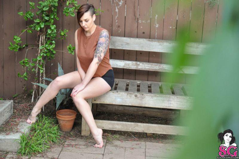 Нагая Руби наслаждается небом на заднем дворе